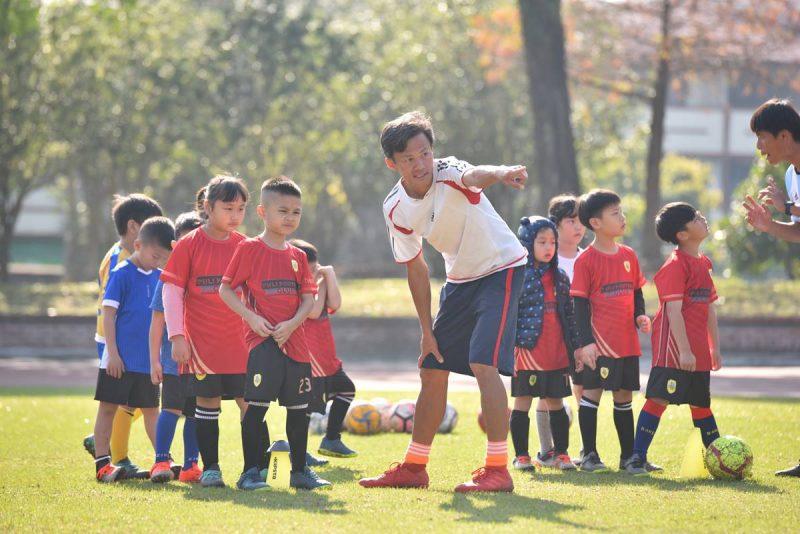 埔里山城足球俱樂部教練洪琦琳教學情形。