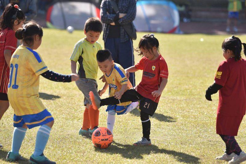 在足球訓練競賽的過程中,肢體碰撞是難以避免的。(牛爸/攝影)