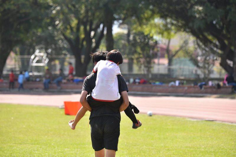 足球場上很難避免不受傷,如果傷勢比較嚴重,就該下場包紮,等傷勢好了再回到場上。(牛爸/攝影)