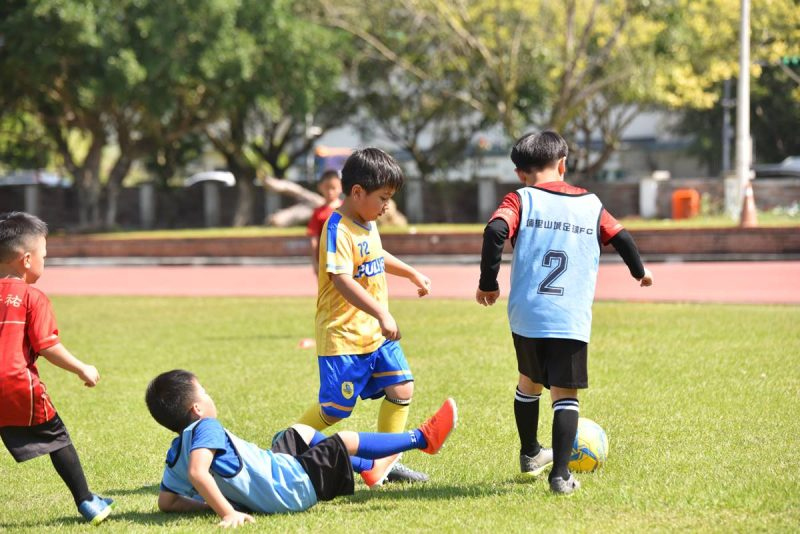 在足球場上摔倒是經常有的事,特別是剛投入訓練的幼兒足球隊。(牛爸/攝影)