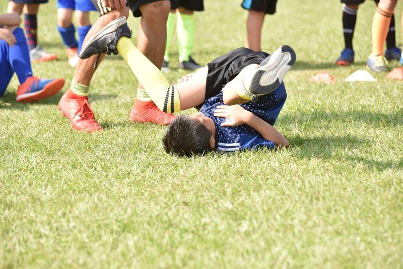 在足球場上摔到狗吃屎是經常有的事,特別是剛投入訓練的幼兒足球隊。(牛爸/攝影)