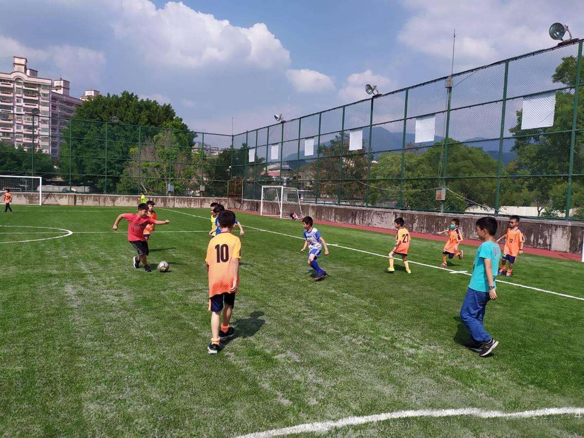 埔里國小5人制人工草皮足球場啟用,小朋友在新場地開心踢球。