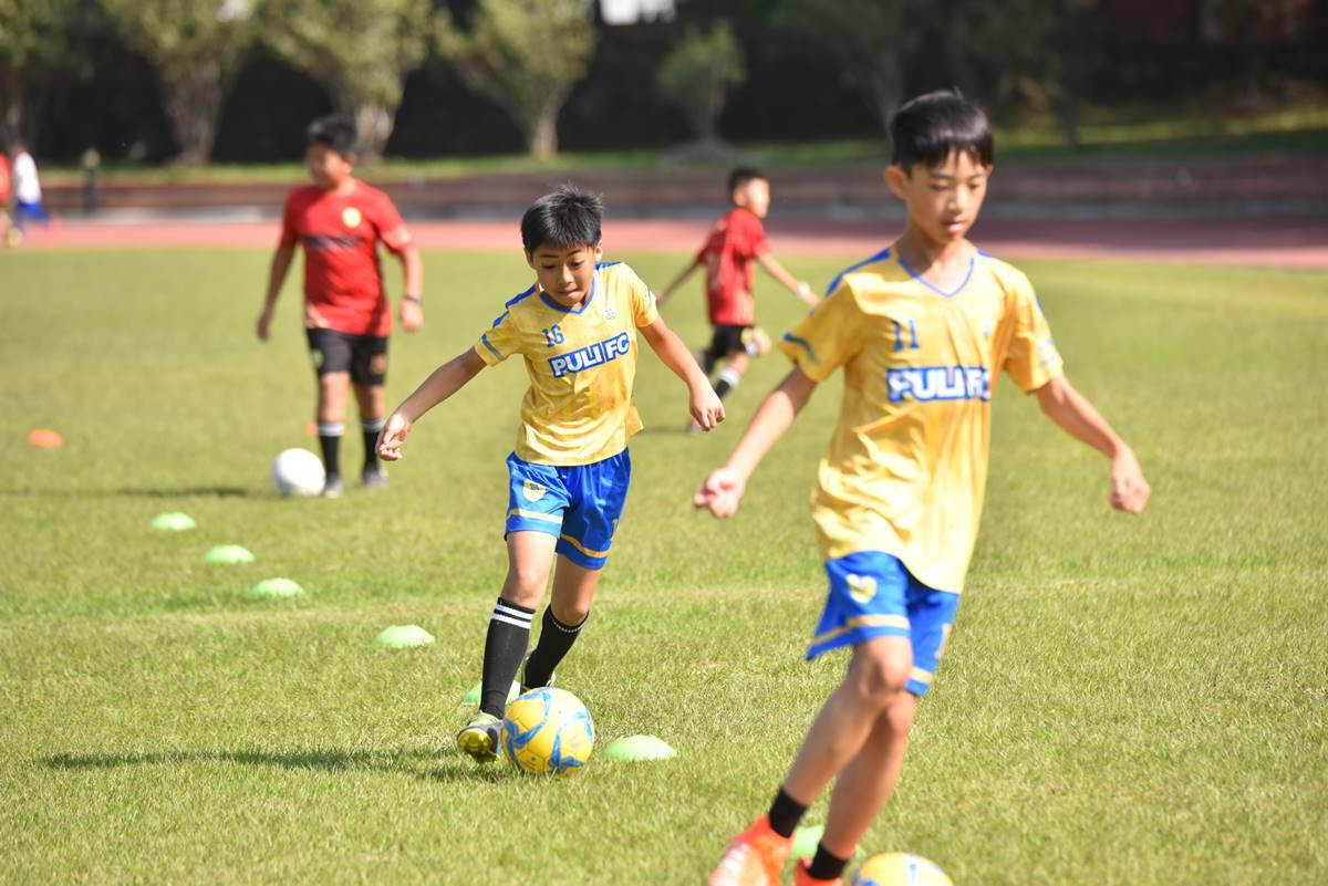 埔里山城足球俱樂部少年足球課程帶領著孩子藉由運動抒解課業壓力。