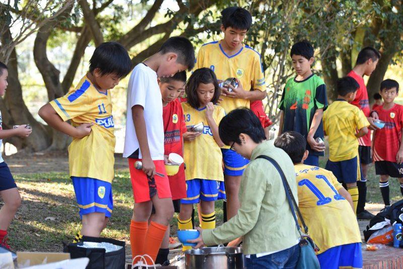埔里山城足球俱樂部的點心是每位家長精心料理的,每次一端出,很快就鍋底見天了。(牛爸/攝影)