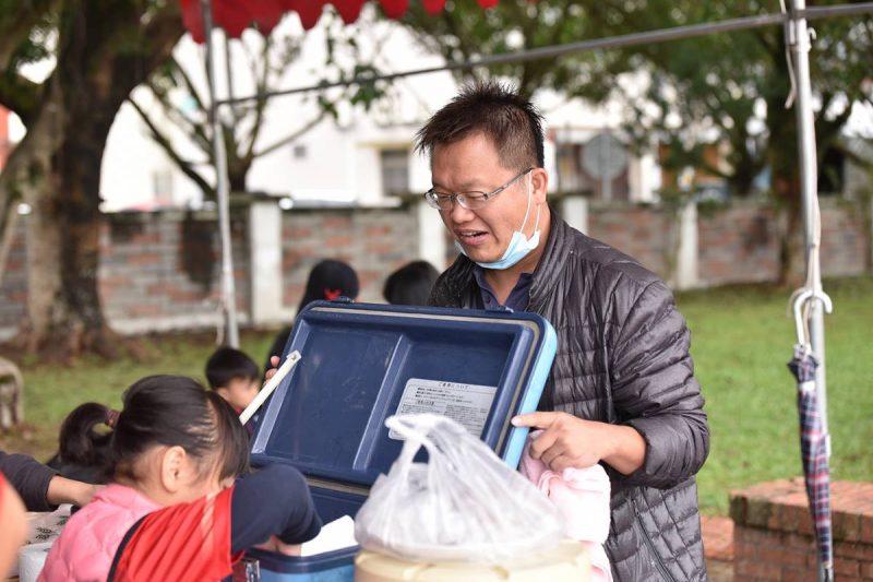 昱翔的爸爸曾在埔里山城足球俱樂部友誼賽的活動中準備熱呼呼的羊奶。(牛爸/攝影)
