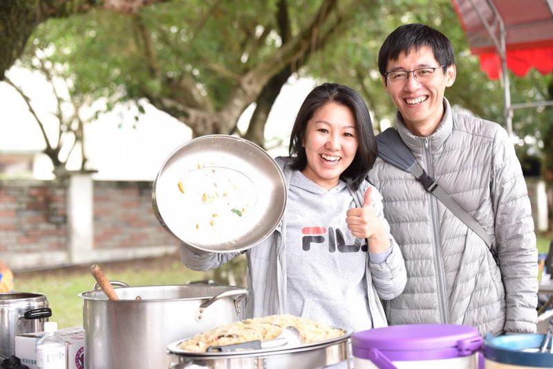 泰宇的爸爸、媽媽曾為埔里山城足球俱樂部的友誼賽場合,準備美味的炒米粉。(牛爸/攝影)