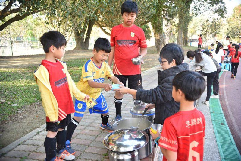 牛媽是小學導師,在埔里山城足球俱樂部的訓練場合,經常可以看到她為小球員分裝食物。(牛爸/攝影)