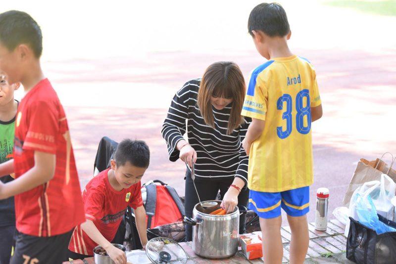 恩睿的媽媽非常熱心,在埔里山城足球俱樂部的訓練場合,經常可以看到她為小球員分裝食物。(牛爸/攝影)