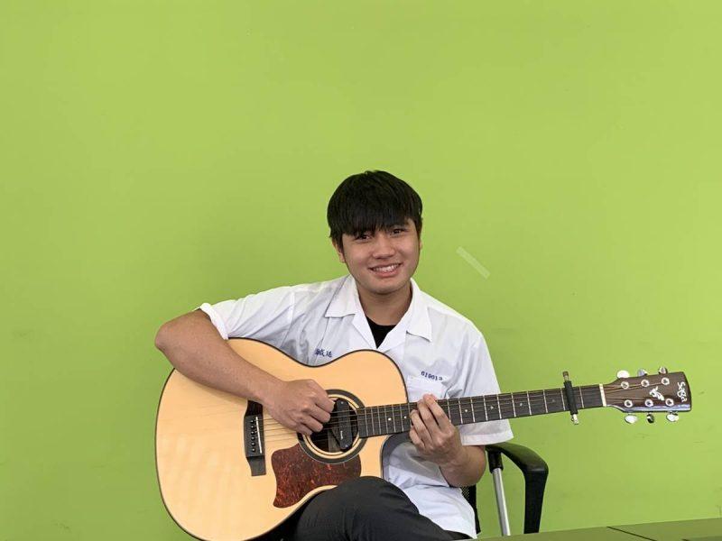 熱愛足球的葉威廷,也是吉他高手,大學申請放榜,成功錄取「國立暨南國際大學不分系」音樂飛揚組。(圖/暨大附中提供)