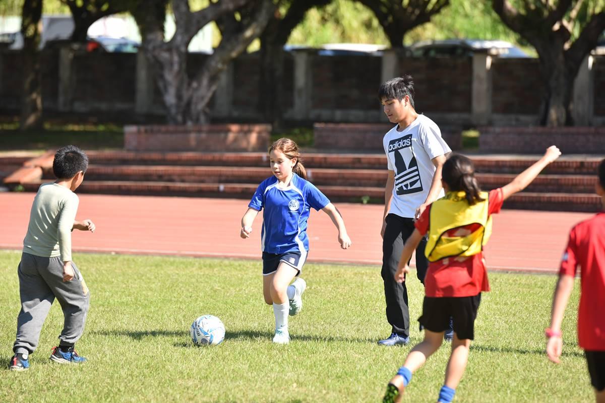 葉威廷是熱愛踢足球的高中生,也是吉他高手,大學申請放榜,錄取「國立暨南國際大學不分系」音樂飛揚組。(圖/牛爸攝影)
