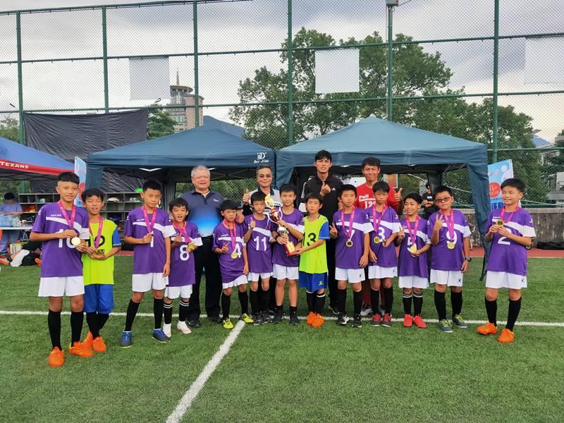南投縣運足球賽,埔里四間小學組成聯隊,第一次贏得縣運小男組足球賽冠軍。