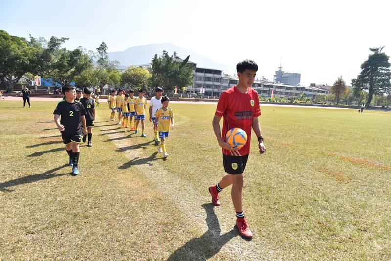 埔里山城足球俱樂部與星河黑旋風球員入場,裁判是洪上禾哥哥。(圖/牛爸攝)