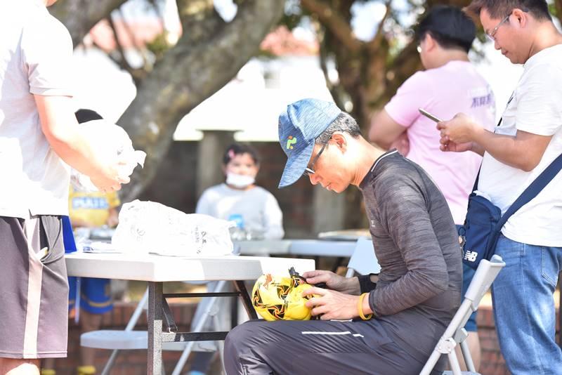 埔里山城足球俱樂部與星河黑旋風球員友誼賽,熱心的家長協助足球灌氣。(圖/牛爸攝)