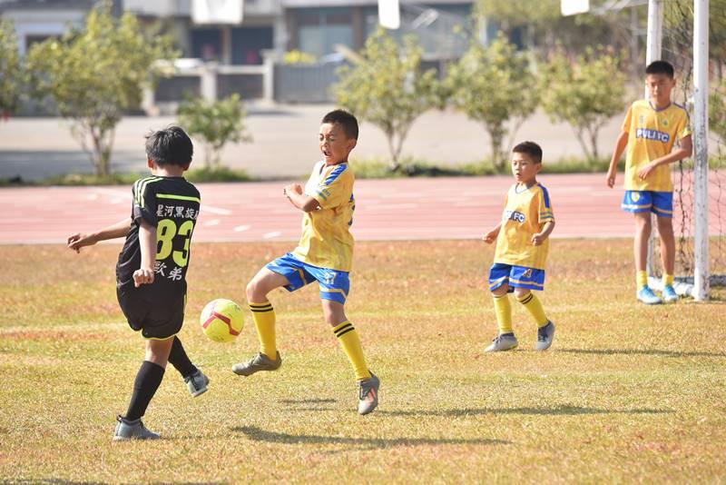 埔里山城足球俱樂部與星河黑旋風球員友誼賽,雙方爭球相當激烈。(圖/牛爸攝)