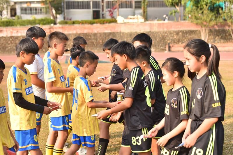 埔里山城足球俱樂部與星河黑旋風球員友誼賽,雙方代表球員交換禮物。(圖/牛爸攝)