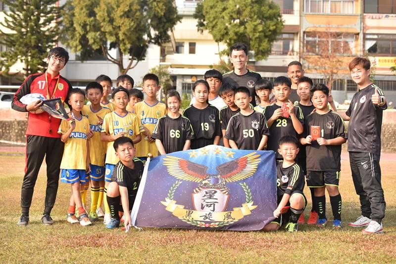 埔里山城足球俱樂部與星河黑旋風球員友誼賽,雙方代表球員交換禮物後合影。(圖/牛爸攝)