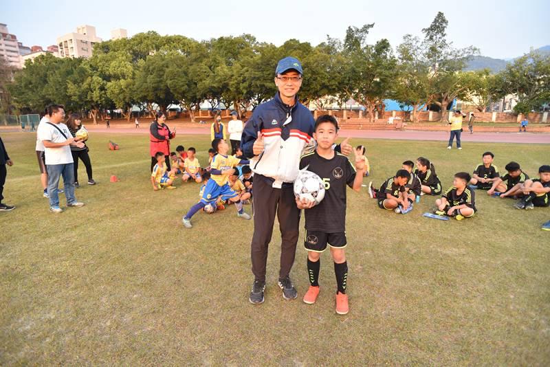 埔里山城足球俱樂部與星河黑旋風球員友誼賽,黑旋風的隊伍由5號球員獲得MVP球員獎勵。(圖/牛爸攝)
