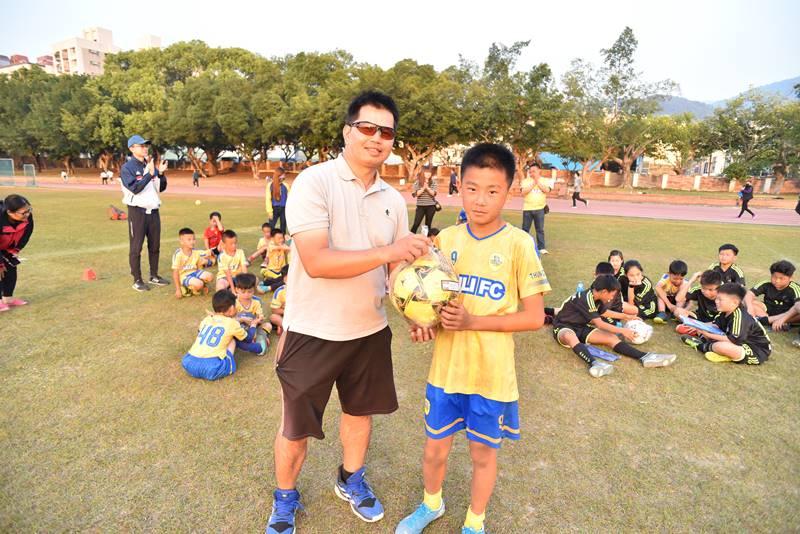 埔里山城足球俱樂部與星河黑旋風球員友誼賽,山城的隊伍由蔡博宇獲得MVP球員獎勵。(圖/牛爸攝)