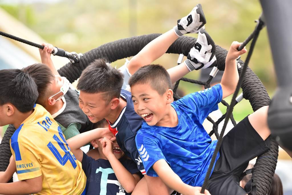 PULI FC埔里山城足球俱樂部首次北上參與萬歲堅果盃比賽,孩子在競賽後到苗栗貓狸喵親子公園遊玩。(圖/牛爸攝)