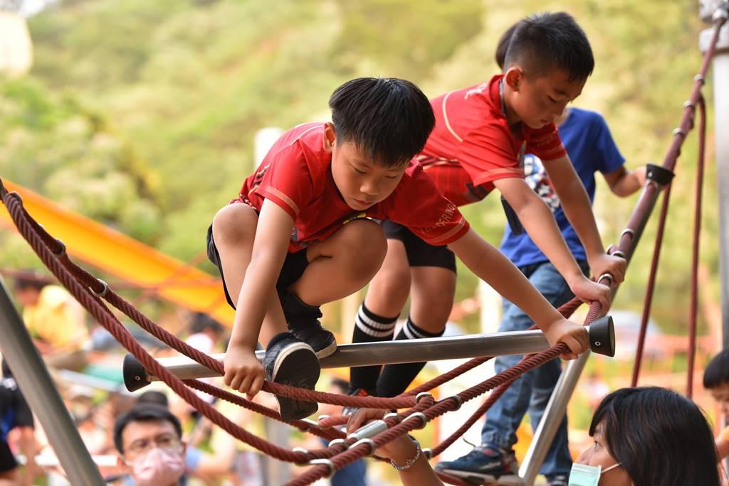 PULI FC埔里山城足球俱樂部首次北上參與萬歲堅果盃比賽,孩子在競賽後到台中鰲峰山兒童特色公園遊玩。(圖/牛爸攝)