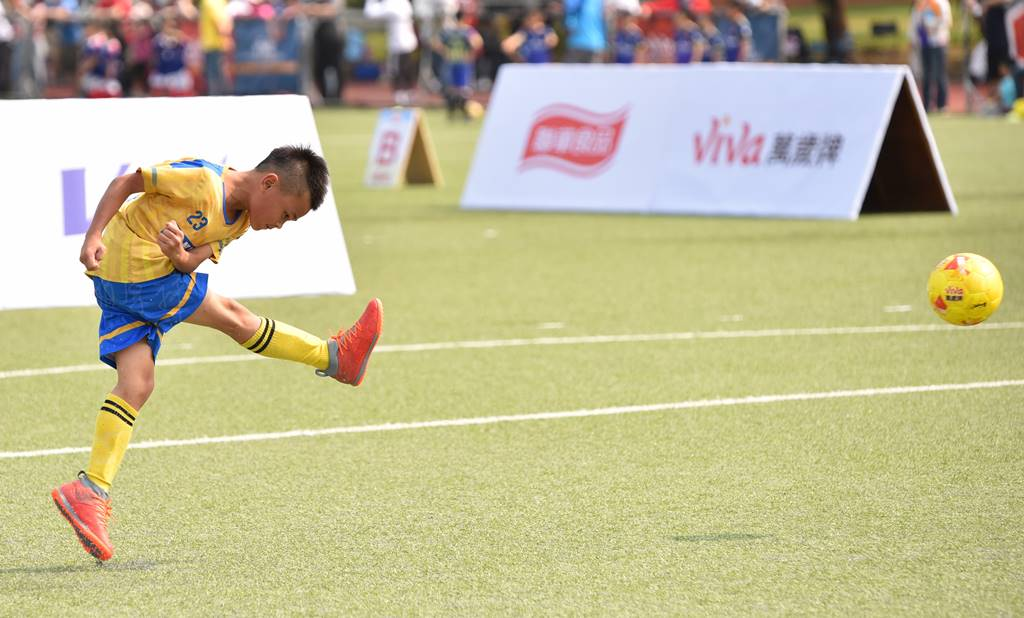 PULI FC埔里山城足球俱樂部首次北上參與萬歲堅果盃比賽,隊長余恩睿勁射自由球。(圖/牛爸攝)