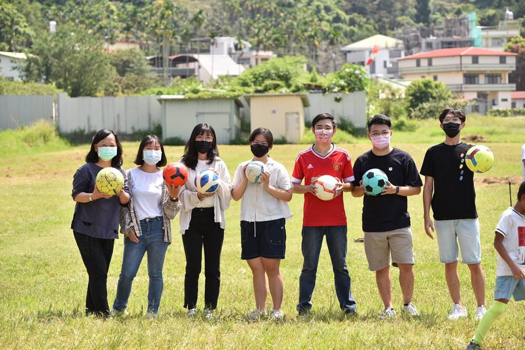 暨大諮人系的大姊姊、大哥哥們在林妙容(左)的引導下,與埔里山城足球俱樂部合作教學。(圖/牛爸攝)